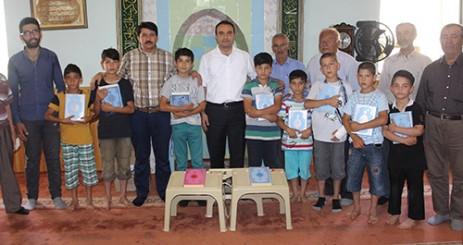 Afşinder, Çocuklara Kur'an-ı Kerim Hediye Etti