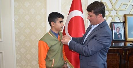 Başkan Okumuş'tan Türkoğlu'lu Türkiye Birincisine Ödül