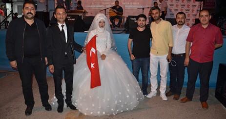 Gelin Ve Damat, Düğünden Önce Demokrasi Meydanına Geldi