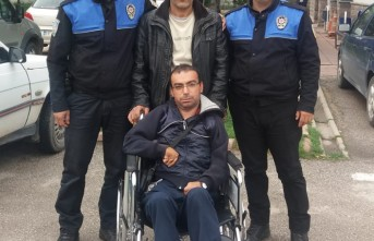 Polisten Engelli Vatandaşa Tekerlekli Sandalye Hediyesi
