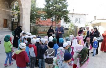 Çocuklardan Tarihi Camiye Ziyaret