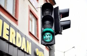 Elbistan'da Trafik Işıklarında Tebessüm Ettiren 'Korona Virüs' Uyarısı