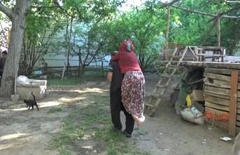 Engelli Kızını 21 Yıldır Sırtında Taşıyor