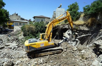Maraş Kalesi Etrafındaki Metruk Binalar Yıkılıyor