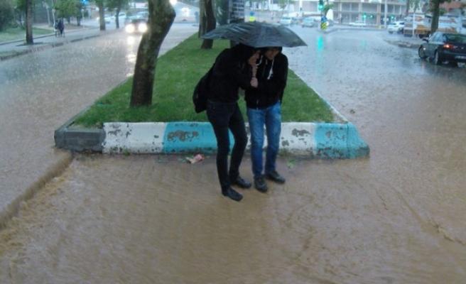 Sağanak Yağış Sele Dönüştü