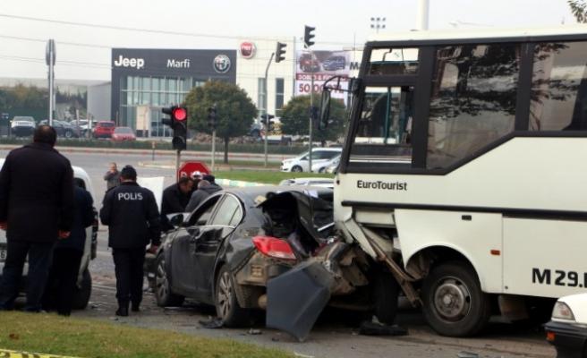Freni Boşalan Midibüs Işıkta Bekleyen Araçlara Çarptı: 2 Yaralı