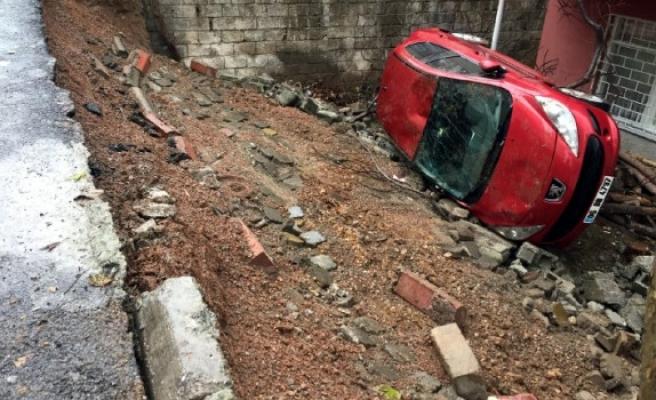 Toprak Kaydı Otomobil Bahçeye Düştü