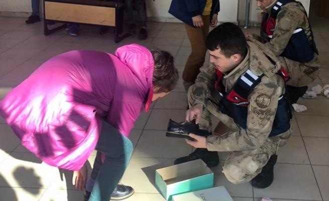 Jandarmadan Öğrencilere Kışlık Ayakkabı Yardımı