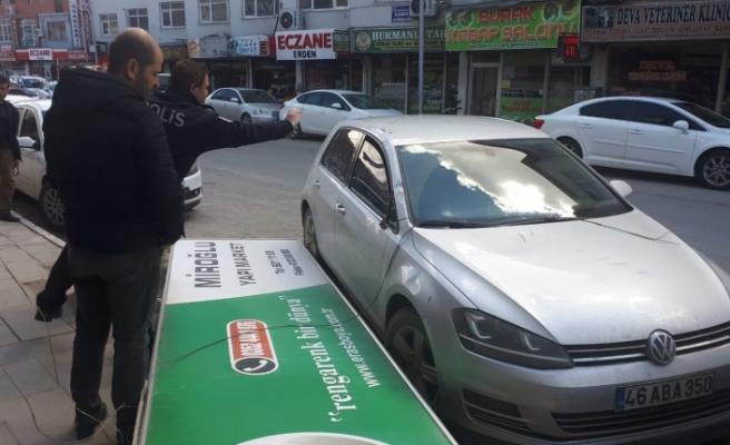 Şiddetli Rüzgar Park Halindeki Aracın Üzerine Reklam Panosunu Düşürdü