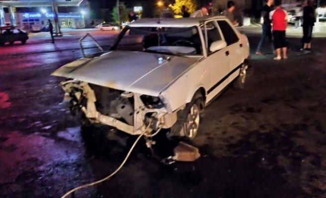 Aydınlatma Direğine Çarpan Otomobilin Sürücüsü Ağır Yaralandı