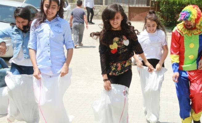 Bir Tebessüme Değer Topluluğu'ndan Çocuklara Karne Hediyesi