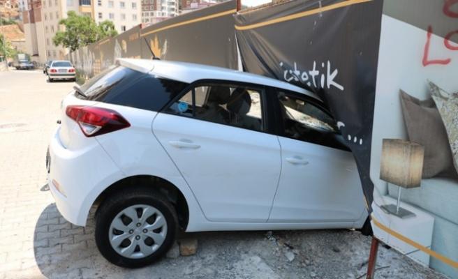 Freni Boşalan Otomobil İnşaat Duvarına Çarptı
