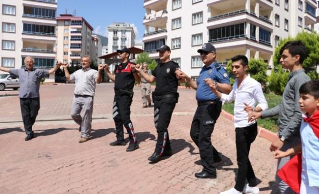 Polis Asker Eğlencesine Konvoyla Geldi, Görenler Şaşırdı