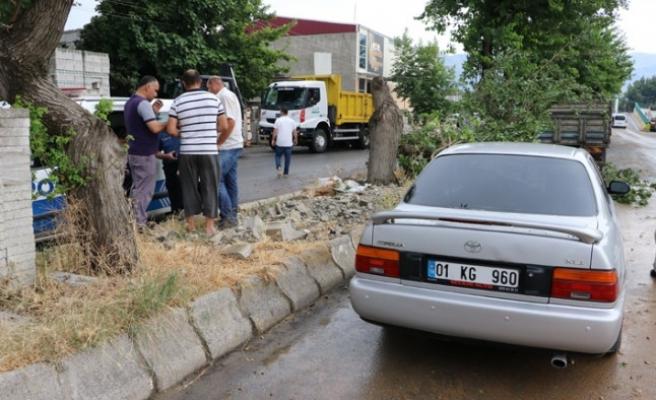 Seyir Halindeki Otomobilinin Üzerine Ağaç Devrildi