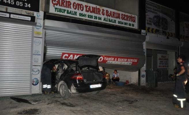 Otomobil Tamirhaneye Daldı: 2 Yaralı