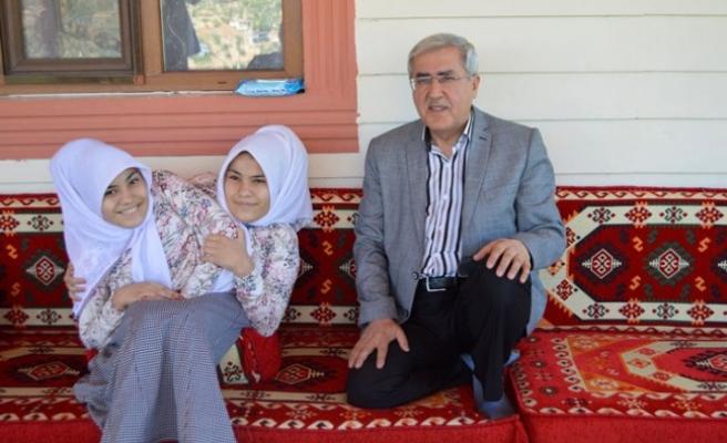 KSÜ Rektörü Can, Siyam İkizleri Ayşe Ve Sema'yı Ziyaret Etti