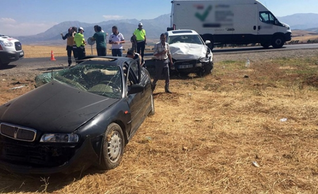 Afşin'de İki Otomobil Feci Çarpıştı