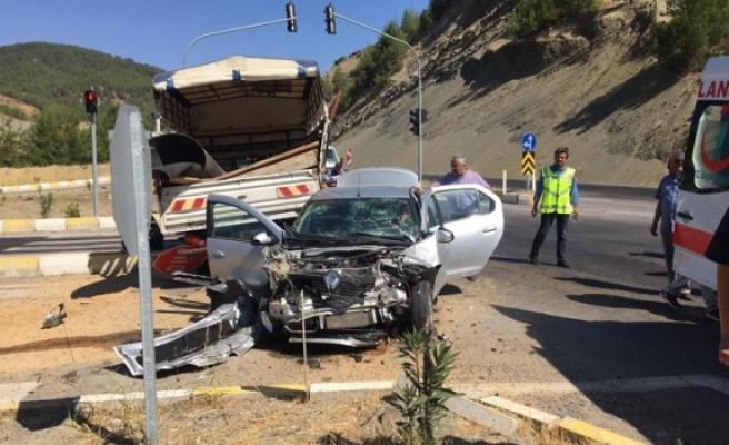 Kamyonet İle Otomobil Çarpıştı: 5 Yaralı