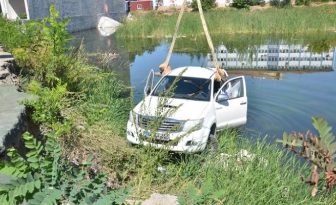 El Freni Çekilmeyen Kamyonet İnşaat Çukurundaki Göle Düştü