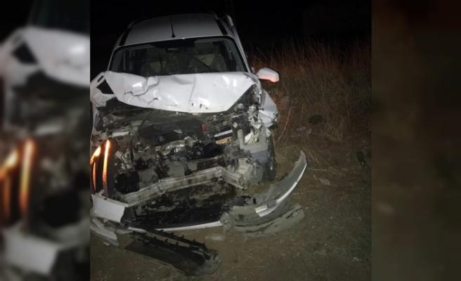 Hafif Ticari Araç Traktöre Çarptı: 3 Yaralı