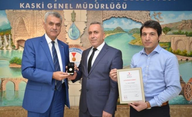 KASKİ Personeli Mikail Türkmen'e Kızılay'dan Altın Madalya