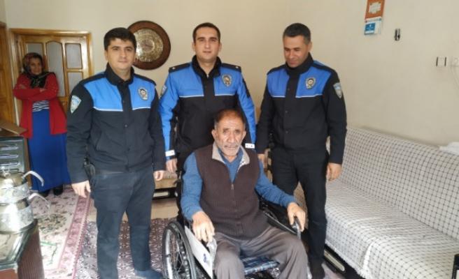 Polislerden Engelli Vatandaşa Tekerlekli Sandalye