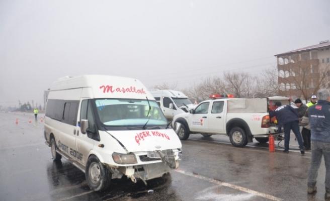 Minibüsler Çarpıştı: 5 Yaralı