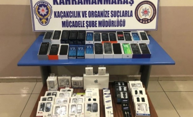 Seyyar Satıcıdan 90 Bin Liralık Kaçak Telefon Çıktı