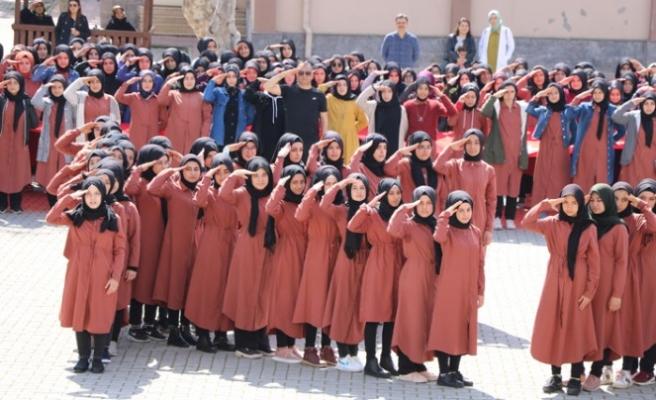 İmam Hatipli Kızlardan Mehmetçiğe Asker Selamıyla Destek