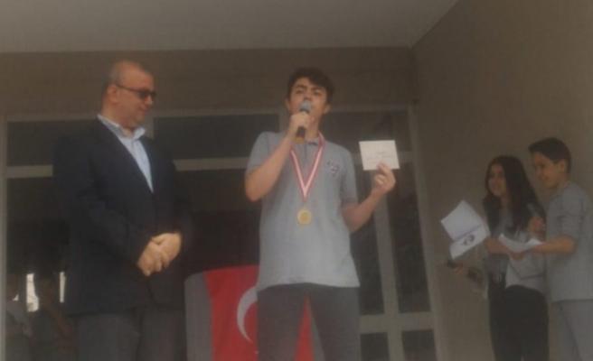 Yarışmada Kazandığı Ödülü Mehmetçik Vakfına Bağışladı