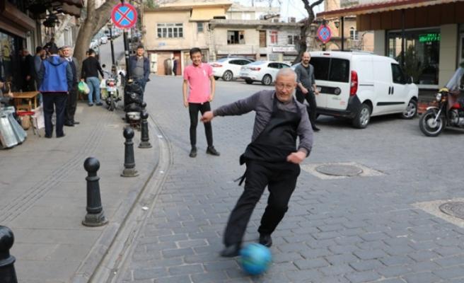 Müşteri Olmayınca Esnaf da Futbol Oynadı