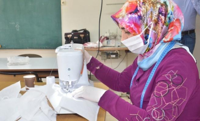 Elbistan'da Usta Öğreticilerle Öğretmenler 18 Bin Maske Üretti