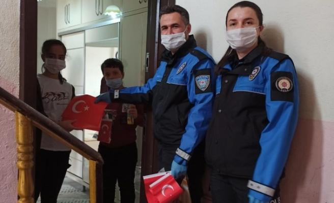 Emekli Öğretmenin Türk Bayrağı Talebini, Vefa Sosyal Destek Grubu Yerine Getirdi