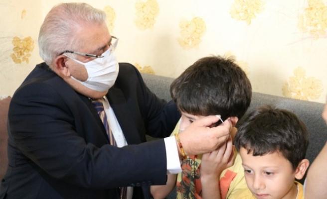 Mehmet'in İşitme Cihazını Başkan Mahçiçek Teslim Etti
