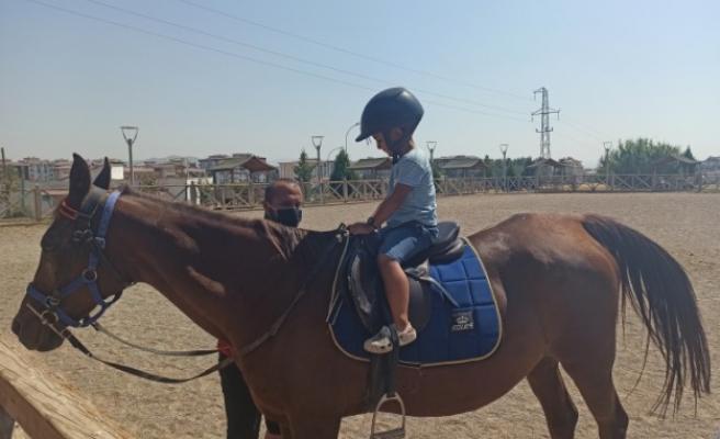 Türkoğlu'nda At Çiftliğine Çocuklardan Yoğun İlgi
