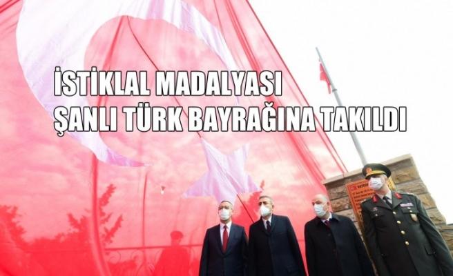 İstiklal Madalyası Şanlı Türk Bayrağına Takıldı