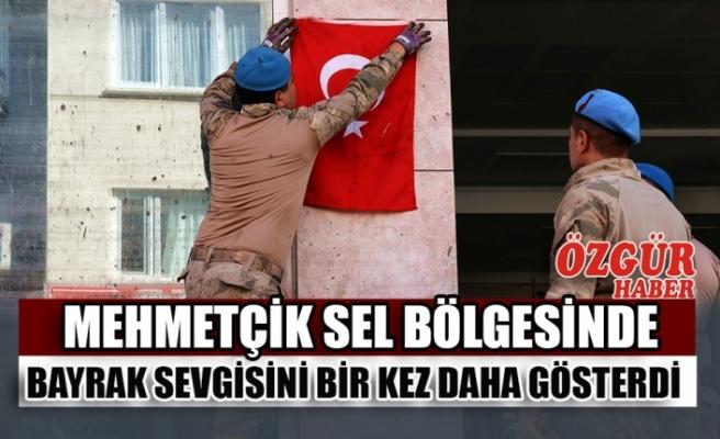 Mehmetçik Sel Bölgesinde Bayrak Sevgisini Bir Kez Daha Gösterdi