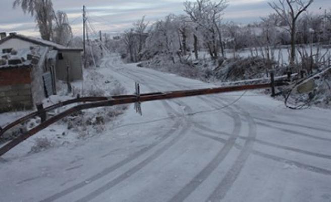 AKEDAŞ, Yoğun Kar Yağışının Neden Olduğu Hasar Ve Arızaları Hızla Gidermek İçin Aralıksız Çalışıyor