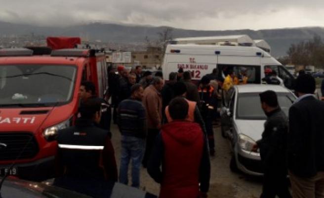 Araçta Sıkışan Kazazedeleri Büyükşehir İtfaiyesi Çıkardı