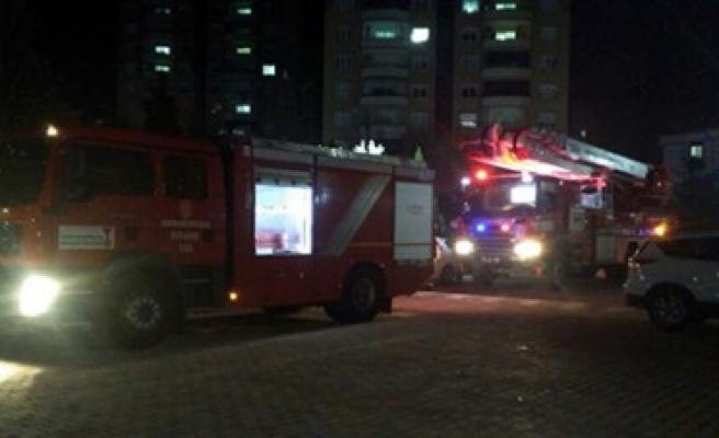 Büyükşehir İtfaiyesi, Teras Yangınına Başarıyla Müdahale Etti