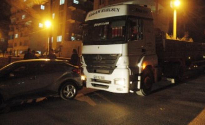 Freni Boşalan Tır Park Halindeki Otomobile Çarptı