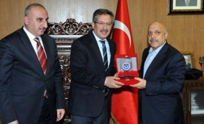 Genel Başkan Arslan'dan Plaket