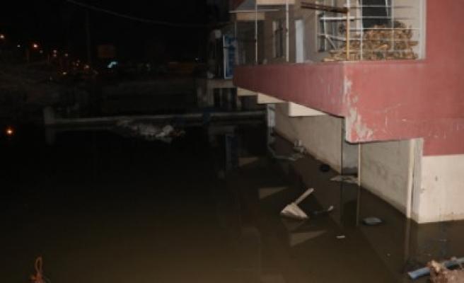Kanalizasyon Borusu Patladı Ev Ve İş Yerleri Su Bastı