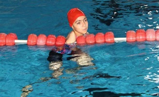 Milli Yüzücü Öztürk Altın Madalya İle Döndü