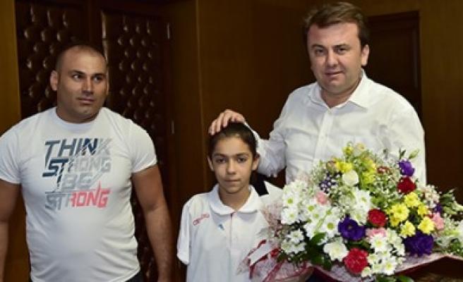 Milli Yüzücü Öztürk'ten Başkan Erkoç'a Ziyaret