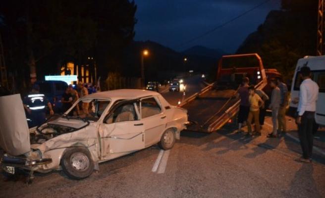 Minibüs İle Otomobil Çarpıştı: 3 Yaralı