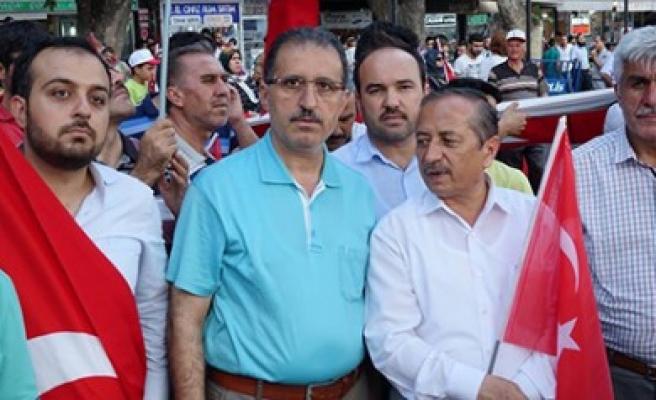 Müftü, Elindeki Türk Bayrağıyla Nöbette