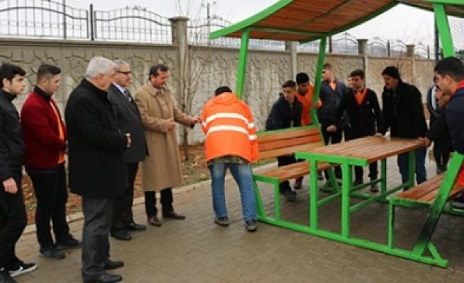 Pazarcık Belediyesi, Okullara Oturma Bankı Dağıttı
