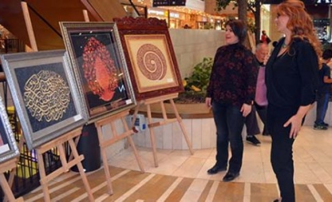 Piazza'da Ebru Sergisi Sanatseverlere Açıldı