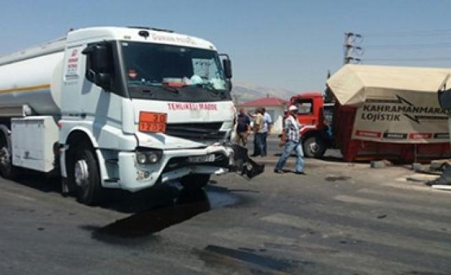 Tankerle Kamyonet Çarpıştı: 2 Yaralı